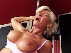 Awesome granny with fantastic body she loves seducing stud